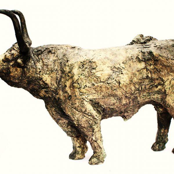 titel: stier op poten / afmeting: 25 x 30 cm / materiaal: keramiek